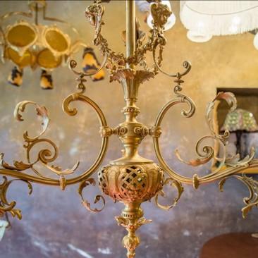 Старинная трехрожковая люстра с плафонами