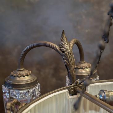 Старинная люстра с абажуром и подвесками