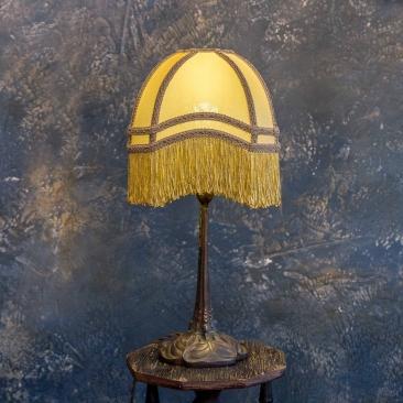 Настольная лампа с абажуром
