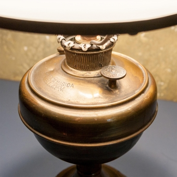 Старинная керосиновая лампа