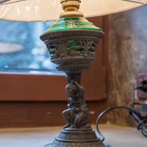 Антикварная лампа со стеклом и  абажуром