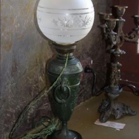 Настольная лампа с зеленым основанием
