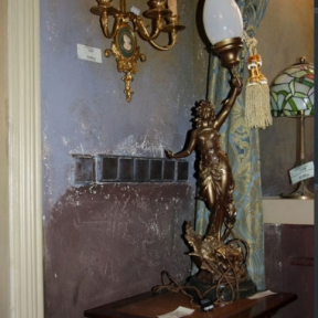 Настольная лампа с девушкой и матовым плафоном