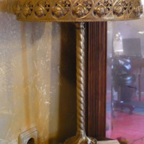 Настольная металлическая лампа с узором