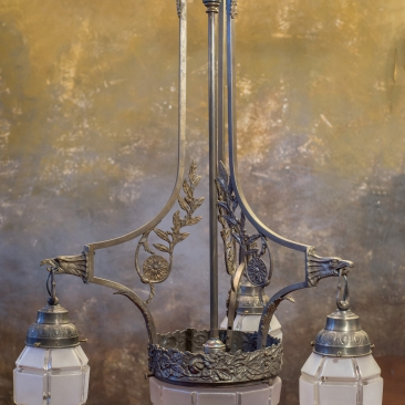 Старинная люстра с необычными плафонами