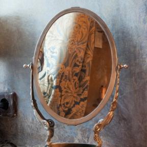 Зеркало на подставке из мрамора
