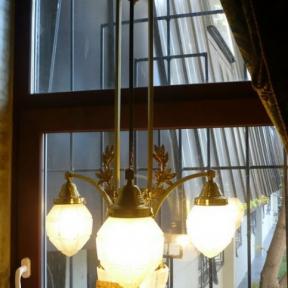 Светильник с декоративными ветвями