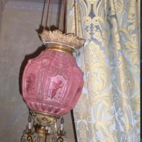 Розовый подвесной светильник