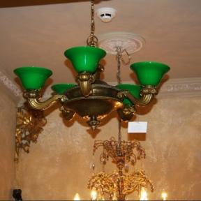 Массивная люстра с зелеными плафонами