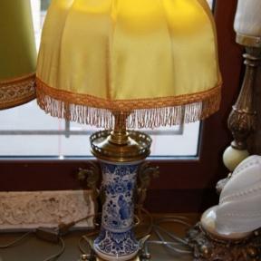 Настольная лампа с желтым абажуром