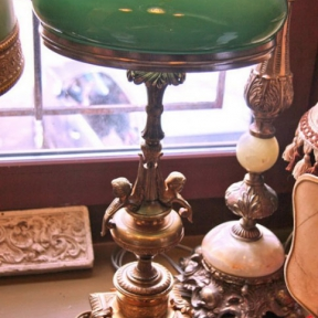 Настольная лампа с зеленым плафоном