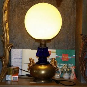 Настольная лампа с шарообразным плафоном
